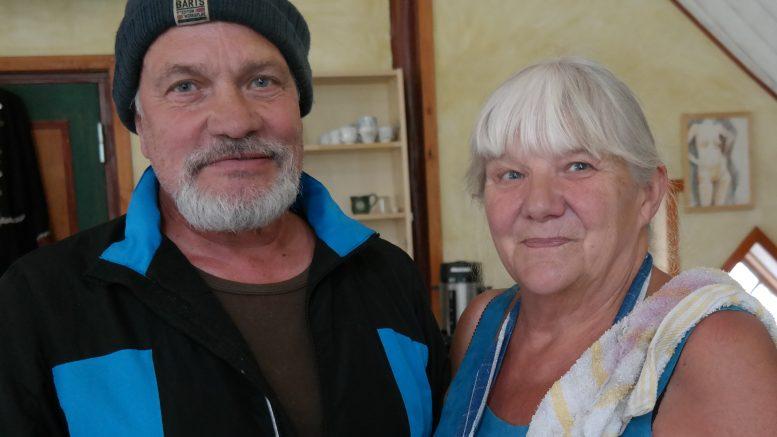 Göran Lillis och Sarah Mårskog, tandemparet fångade mitt i jobbet i kaféet.
