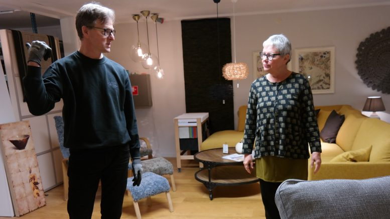 Syskonen Tommy Westerlund och Ingalill Rönnberg – var ska soffan stå?