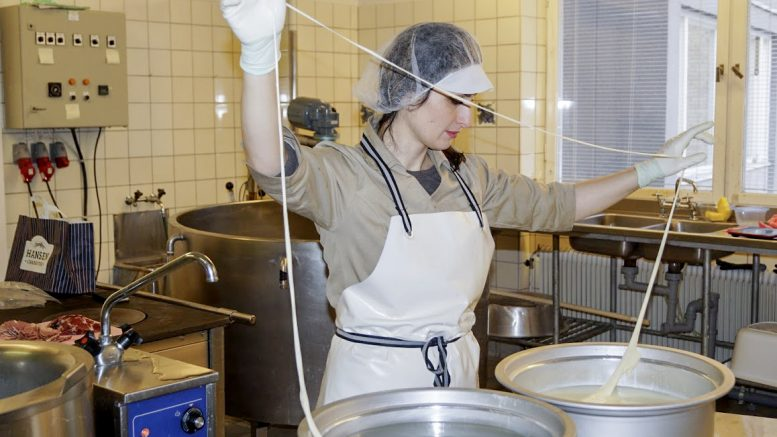 Marika Niklasson och maken Emil jobbar hårt inför nystarten av Lapplands mejeri i Åsele.