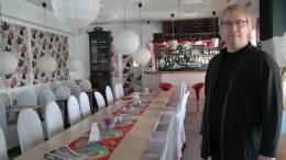 Andreas Jonsson visar matsalen och baren i Renlyckan.