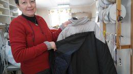 Ingegärd Karlsson på Sitting Feather visar en jacka med omlottrygg.