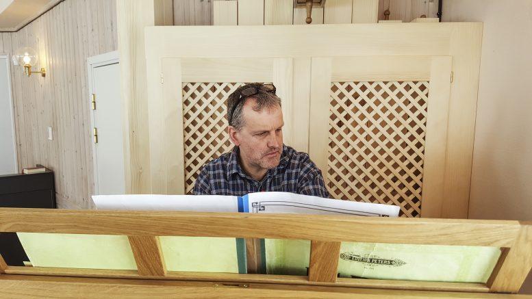Matthias Schaletzsky prövar att spela några psalmer och vackra toner ljuder genom kapellet.