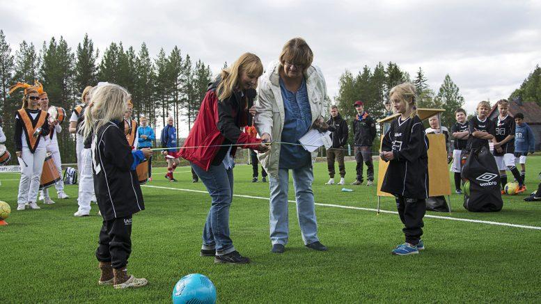Knattarna Vilja Karlsson och Elly Persson höll i bandet när Susanne Hansson, kommunstyrelsens ordförande och Lena Johansson, ordförande i barn-, kultur- och utbildningsnämnden klippte och förklarade konstgräsplanen invigd.
