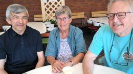 Ingegerd Kahnberg, lärare i 50 år, omgiven av två före detta elever: Iskandar Usmanov och Ingmar Sethson.