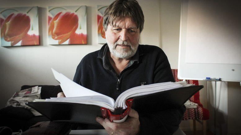 Kjell Nilsson har i fem år försökt köpa en tomt av kyrkan, men de kommer inte överens om summan för tomten eller vad som ska gälla. Kyrkan tycker också att han ska bevisa att den tidigare ägaren ägde huset. Det var hans pappas moster som bodde i huset från 1936 och fram till 1980-talet.