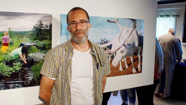 Fotografen Christer Olofsson ställer ut sina bilder på Ströms hembygdsgård.