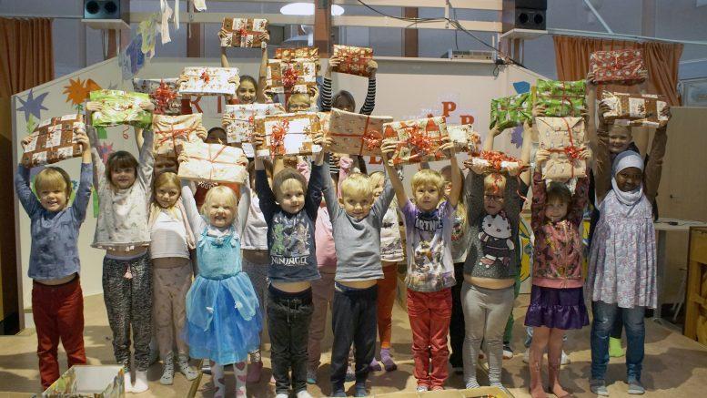 Barnen på Grevåkerskolan i Hammerdal är engagerade att skicka julklappar till barn i Östeuropa som inte har det så bra.